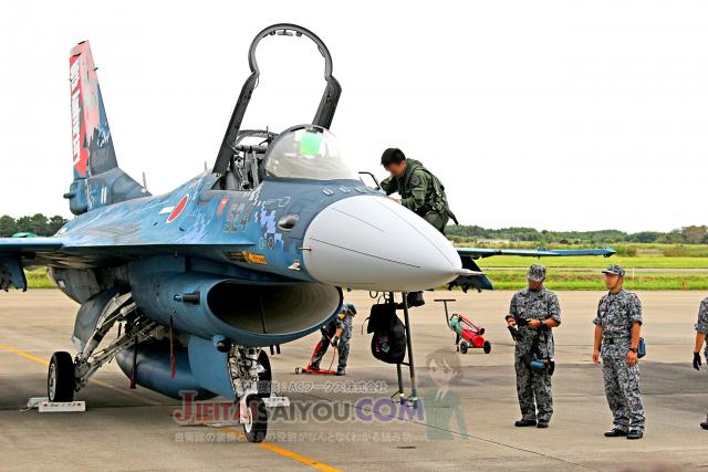 航空自衛隊のF-2支援戦闘機に搭乗するパイロット