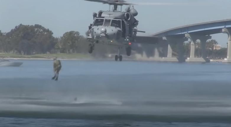 ホバーリングするヘリから海中へ降下するNavy SEALs隊員