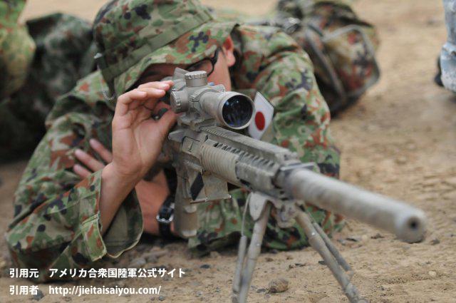 消音装置付き狙撃銃のスコープを調整中の陸自隊員