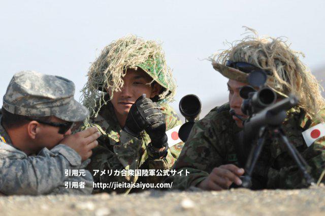 擬装を施したブッシュハットを着用する狙撃手